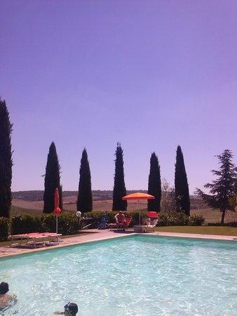 Agriturismo Palazzo Conti B : La piscina con veduta