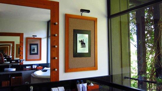 Heritance Kandalama: Wall decor - Royal suite bathroom