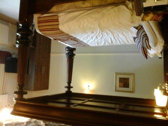 Mercure Wolverhampton Goldthorn Hotel: 4 poster room