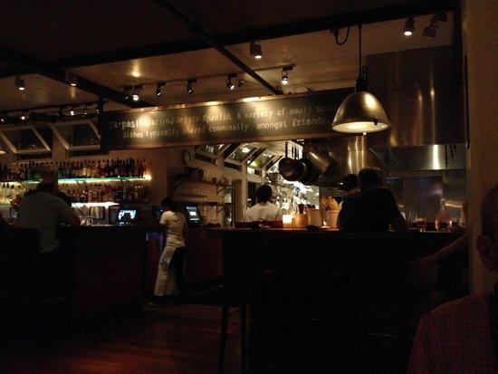 Bar Acuda : open concept kitchen