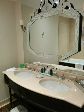 Auberge du Jeu de Paume : salle de bain.