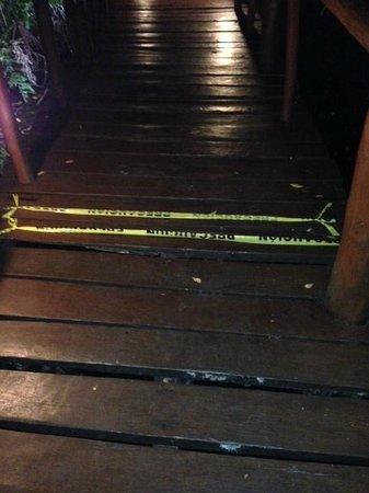 Grand Palladium Kantenah Resort and Spa: pasarelas de madera rotas