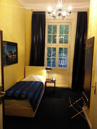 Hotel Wagner im Dammtorpalais : Boxspring-Bett im Einzelzimmer