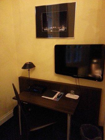 Hotel Wagner im Dammtorpalais : Schreibtisch / TV Seite des Zimmers
