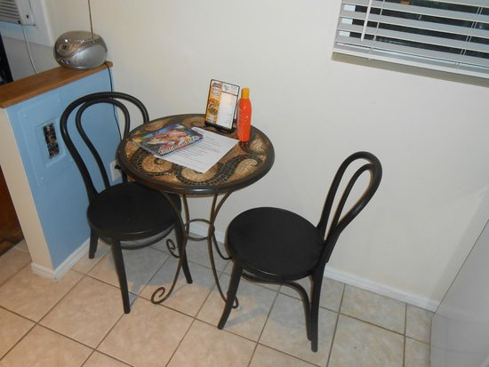 Elysium Resort: Small dining table and chairs