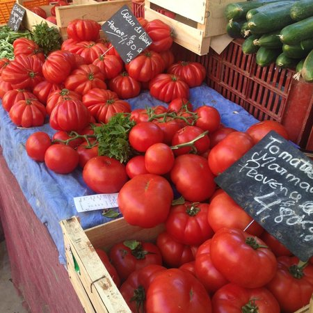 Tastes of Provence - Tours : tomatoes in the market!