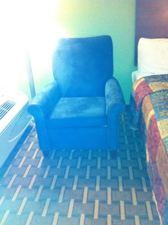 Days Inn Fayetteville-South/I-95 Exit 49: Nice reading chair in the corner with matching ottoman in front of the mirror.
