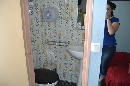 Avenir Hotel: Ванна маленькая, но опрятная