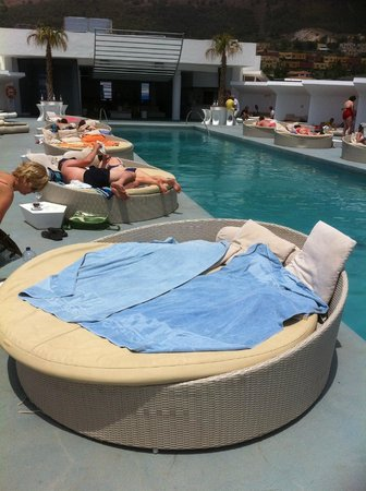 DoubleTree by Hilton Hotel Resort & Spa Reserva del Higueron: Round beds get sun all day!