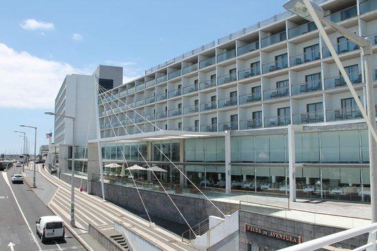 Hotel Marina Atlantico: hotel from nearby pedestrian bridge