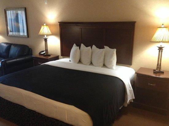 Grand Hotel At Bridgeport: Huge comy bed