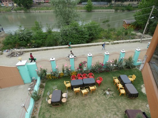 Hotel Royale Jannat : Breakfast and Tea on the lawns