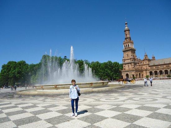 Parc de María Luisa : Fuente central en Plaza España.
