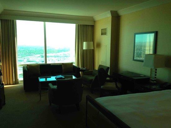 Trump International Hotel Las Vegas: Lounge area of deluxe room