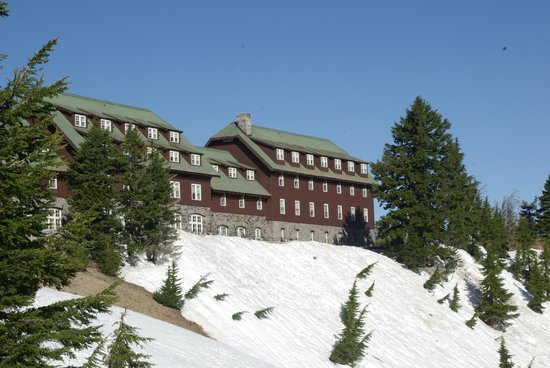 Crater Lake Lodge: Looking up toward the lodge as we took a morning walk