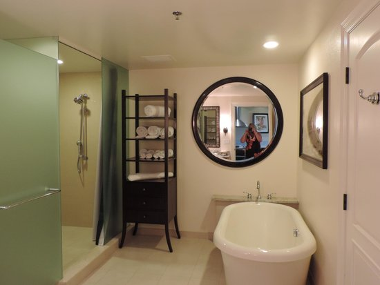 Kings' Land by Hilton Grand Vacations: Huge bathroom