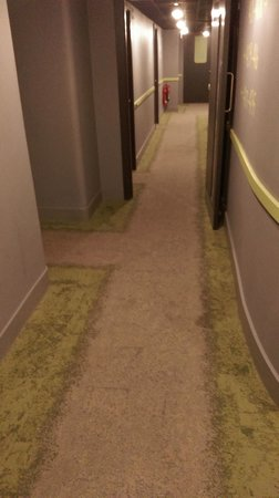 Qbic Hotel London City : Corridor carpet