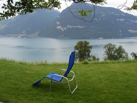 Hotel Sunnehusi: Grote tuin met heerlijke stoelen!