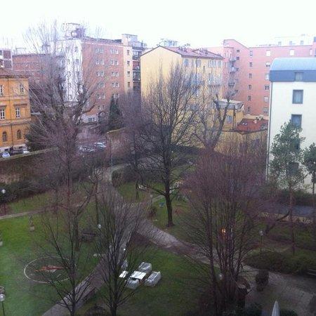 Mercure Bologna Centro: Сквер позади отеля