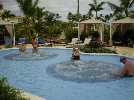 Luxury Bahia Principe Esmeralda Don Pablo Collection: masajes en el agua de la pileta.