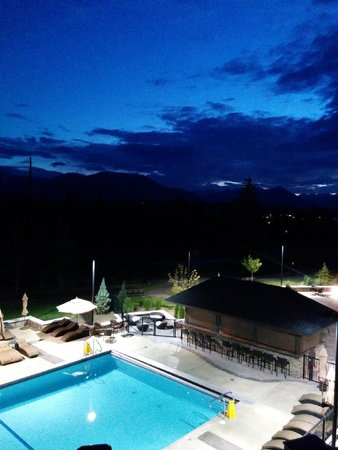Copper Point Resort : Pool area at dusk