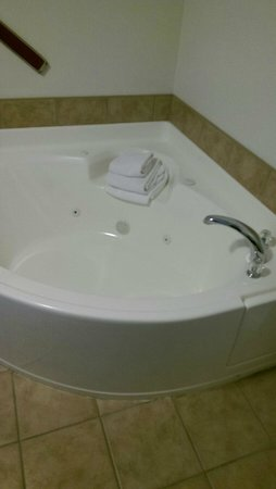 Colonial Motel : We didn't use the tub as it was hot out.  Sure it would be great!