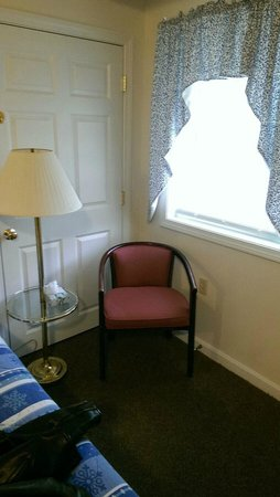 Colonial Motel: Little chair in the corner.