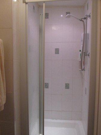 Mor Wyn Guest House: Shower