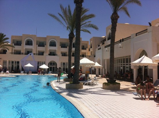 Hotel Al Jazira Beach & Spa : La première piscine avec une partie de l'hotel