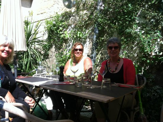 Au Petit Jardin : Friends dining with us in the courtyard (they are regulars)