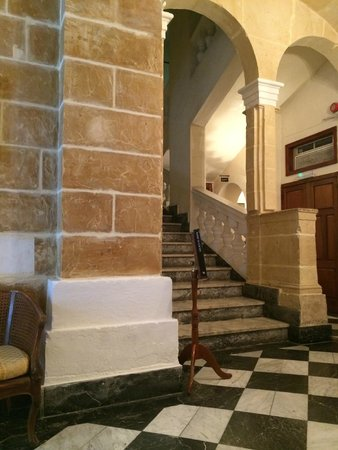 Castille Hotel: stairs from the front lobby