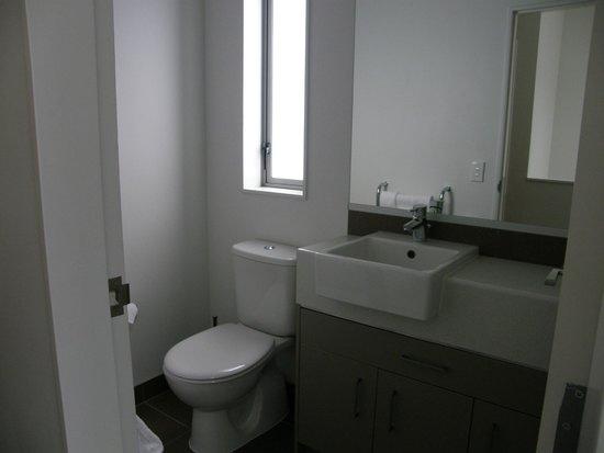 Boulcott Suites : Baño completo entre habitaciones