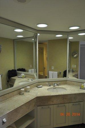 Iberostar Cancun: Bathroom in ocean front room