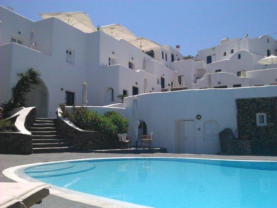 Finikia Memories: Vue de l'hôtel depuis la piscine