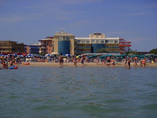 Hotel Valverde & Residenza: Hotellet från stranden
