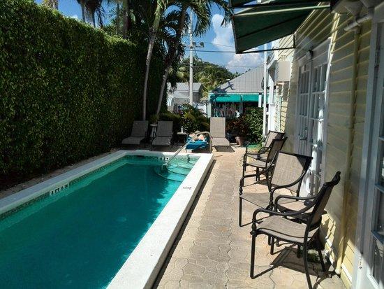 Duval Gardens : piscina difronte camera n. 16