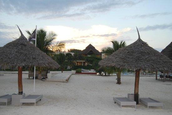 Gold Zanzibar Beach House & Spa: Strand / Schirme