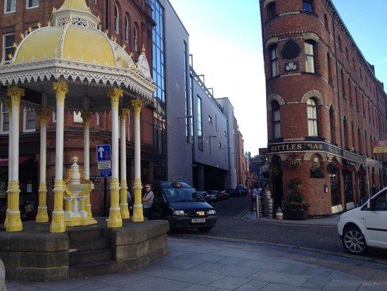 Radisson Blu Hotel, Belfast: Amazing bar. Out the gate, turn right, 10 mins stroll.