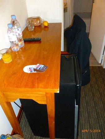 Hotel Mirador del Lago : Bedroom desk and refrigerator