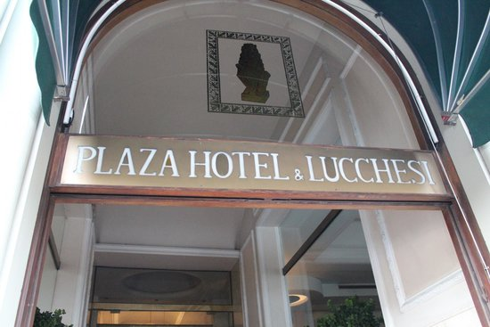 Plaza Lucchesi Hotel: Entrance to the hotel