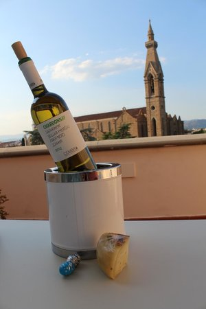 Plaza Lucchesi Hotel: Wine on the Patio overlooking the city