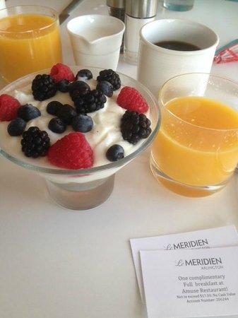Le Meridien Arlington : Шикарный йогурт с орехами мюслями и свежей ягодой на завтрак