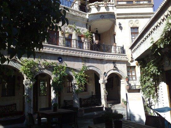 Goreme House: hotel inside (guest yard)