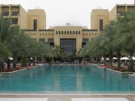 Hilton Ras Al Khaimah Resort & Spa: Salzwasserpool vor dem Restaurant