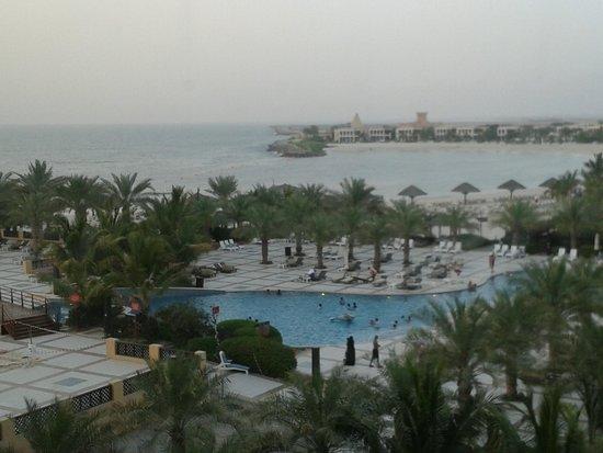 Hilton Ras Al Khaimah Resort & Spa : Zimmeraussicht über den Pool zum Meer