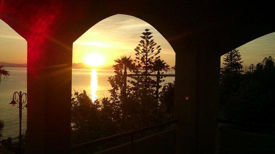 Smartline Philippion Hotel: Закат на море. Вид с нашего балкона.