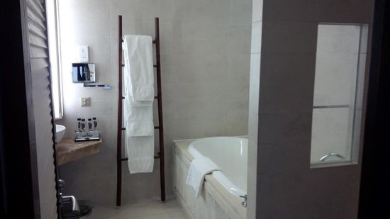 InterContinental Hanoi Westlake: Contemporary bathroom