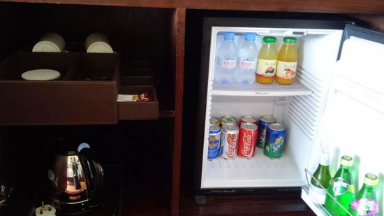 InterContinental Hanoi Westlake: Mini fridge, tea, coffee