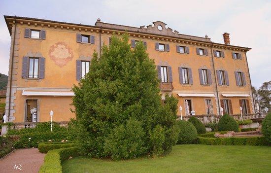 Villa Porro Pirelli: LA FACCIATA DELL'HOTEL CON IN PRIMO PIANO IL CURATO GIARDINO