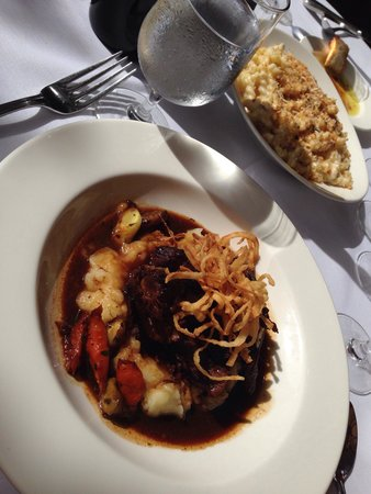 Hurley's Restaurant & Bar: Buffalo short ribs & Mac and cheese. Delicious!